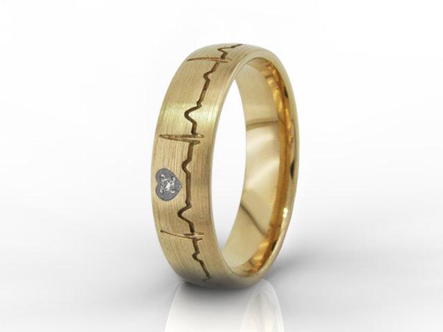 66f2bd07c88ba5 Obrączka damska z żółtego złota z Waszym EKG i cyrkonią oprawioną w serce  OB-06Z-R-d-C | Obrączki Ślubne Obrączki Grawerowane | Jubiler WĘC